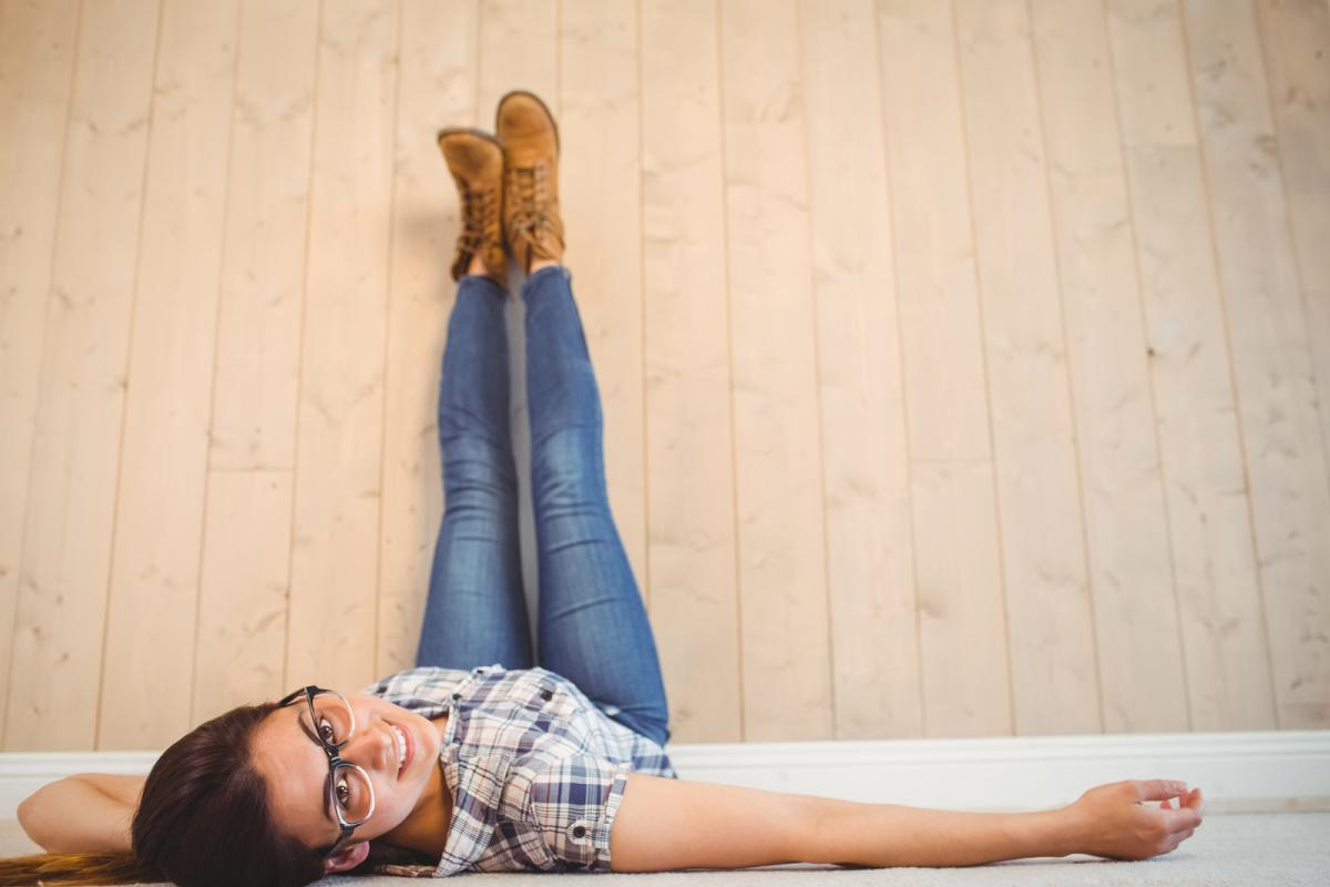 nogi kobiety i jeansy