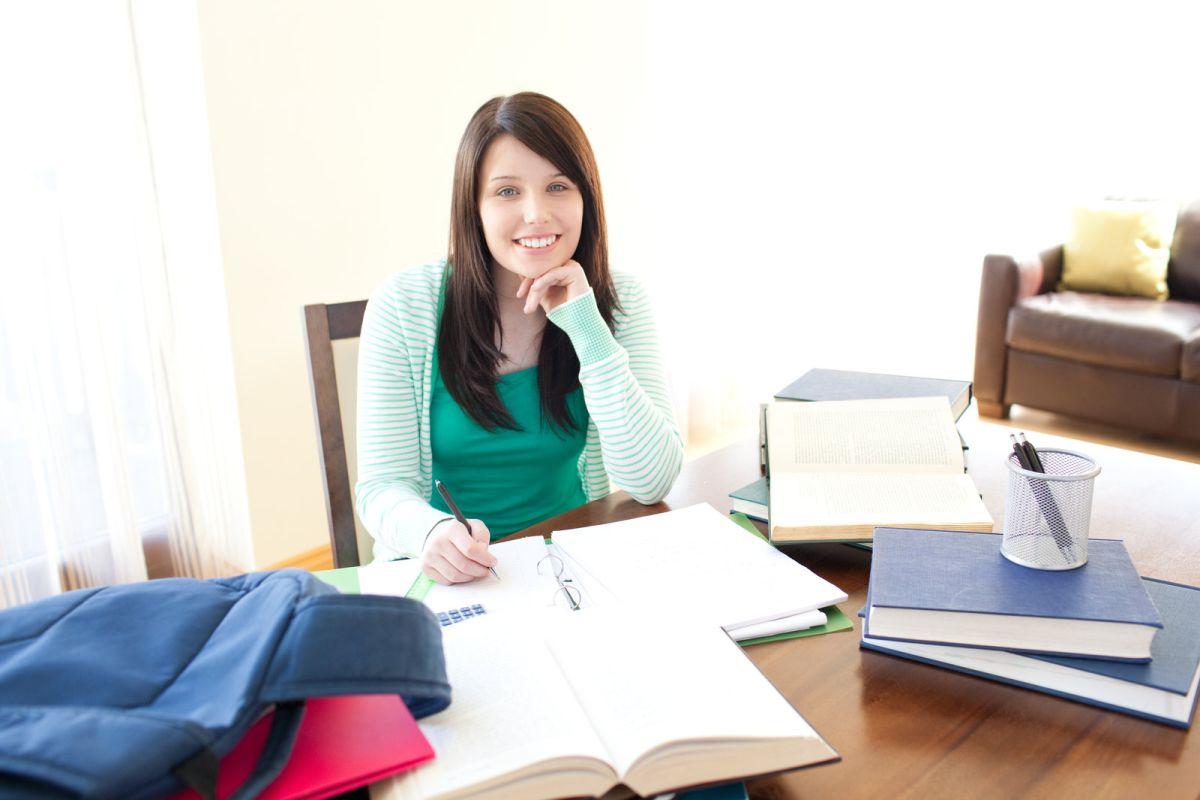 uczy się przy biurku