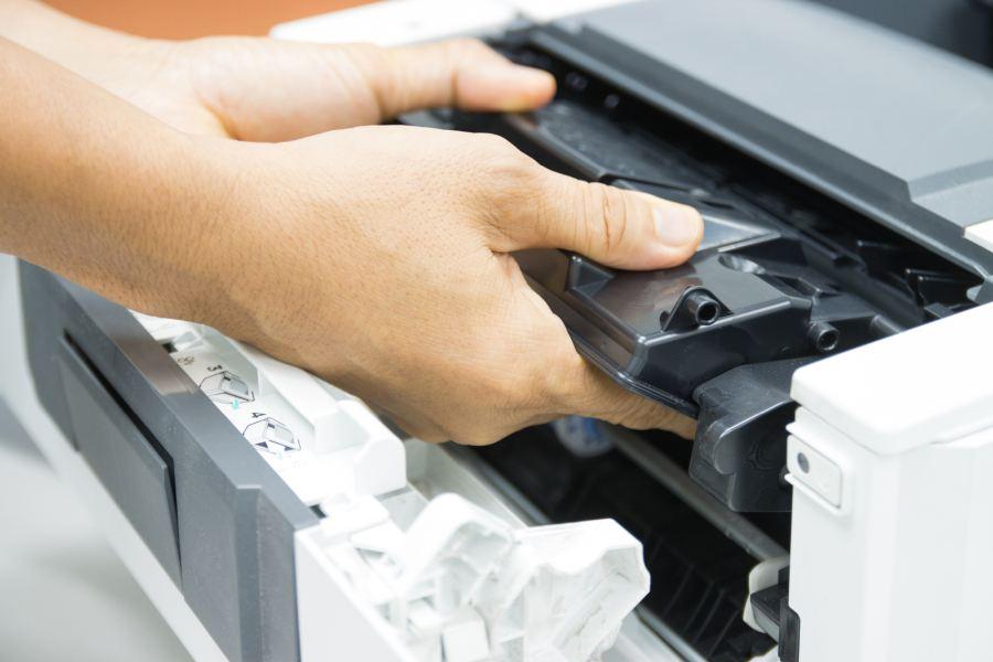 wyjmujemy toner z drukarki